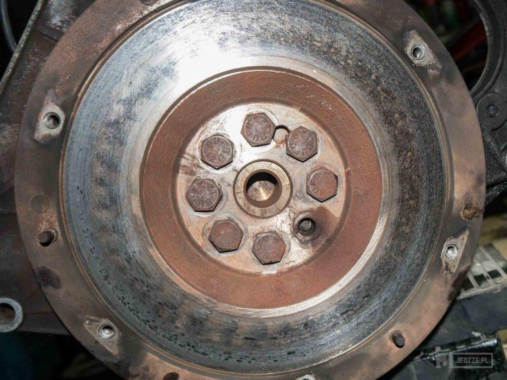 Dobry mechanik nie zostawiłby urwanej śruby w kole zamachowym.